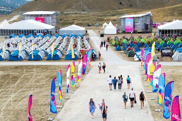 Палаточный городок на территории фестиваля творческих сообществ Таврида-АРТ в бухте Капсель города Судак Республики Крым