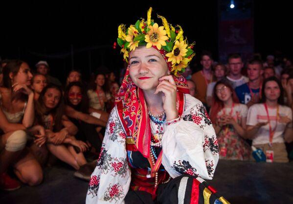 Участница на хип-хоп вечеринке в арт-квартале Таврида-ТАНЦЫ на фестивале творческих сообществ Таврида-АРТ в бухте Капсель в Судаке