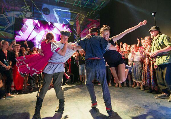Участники хип-хоп вечеринки на сцене арт-квартала Таврида-ТАНЦЫ в рамках фестиваля творческих сообществ Таврида-АРТ в бухте Капсель в Судаке