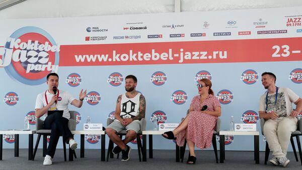 Участники коллектива GURU GROOVE FOUNDATION (Россия) Геннадий Лагутин, Егор и Татьяна Шаманины (справа налево) на пресс-конференции, посвященной открытию Международного джазового фестиваля Koktebel Jazz Party – 2019 в Крыму.