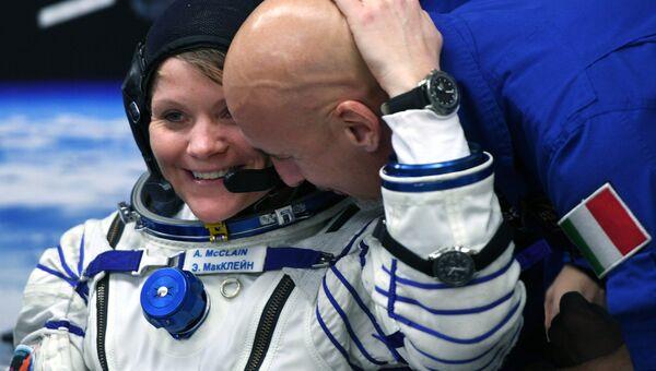 Астронавт НАСА Энн МакКлейн (США) и астронавт ЕКА Лука Пармитано (Италия)