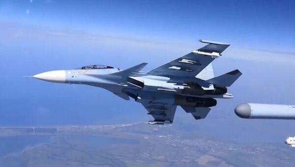 Тренировочный полет истребителей Су-30СМ над Крымским полуостровом