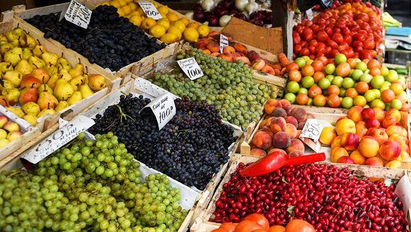 Продажа овощей и фруктов.
