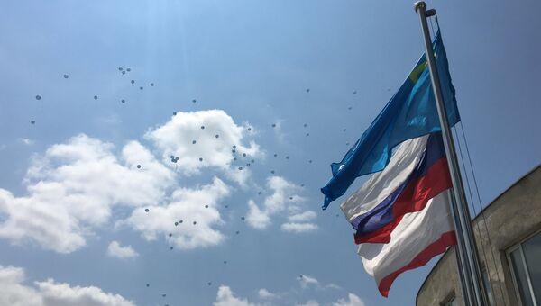 Крымскотатарский, российский и крымский флаги