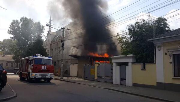 В Симферополе загорелся гараж возле здания Арбитражного суда Республики Крым
