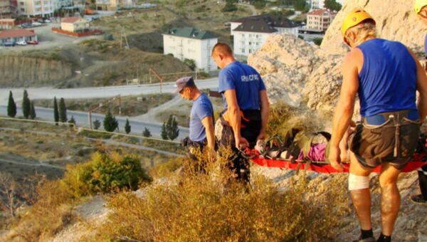 Спасатели эвакуируют пенсионерку со скалы в Судаке