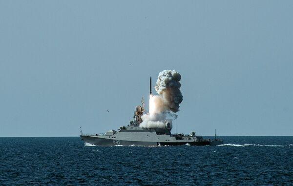 Пуск ракеты с корабля Вышний Волочек на учениях Черноморского флота и ЮВО в Крыму. Архивное фото