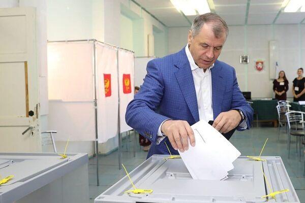 Владимир Константинов голосует на выборах-2019 в Крыму
