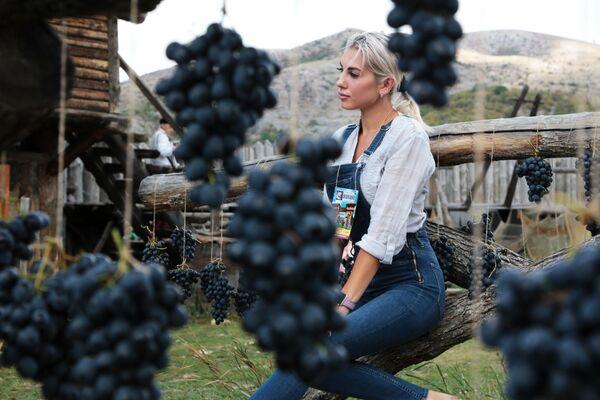 Девушка фотографируется в виноградной фотозоне на Празднике Винограда в селе Перевальное Симферопольского района