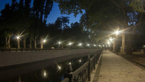 На набережной Салгира продолжается монтаж уличных фонарей в рамках капремонта