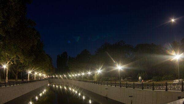 На набережной Салгира продолжается монтаж уличных фонарей в рамках капремонта.