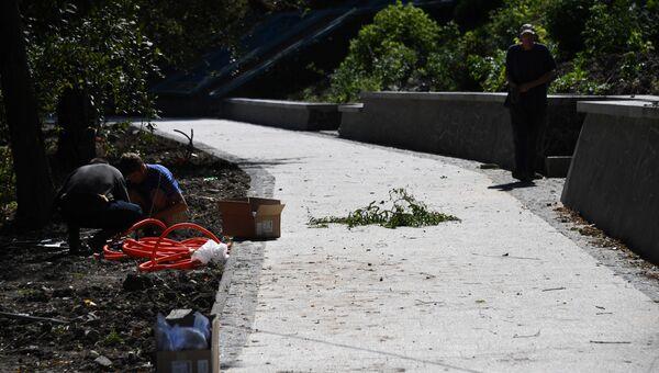 На набережной Салгира в Симферополе продолжается монтаж уличного освещения