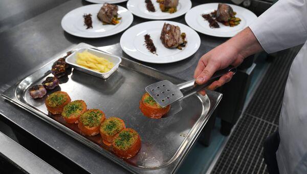 Приготовление еды в ресторане. Архивное фото.