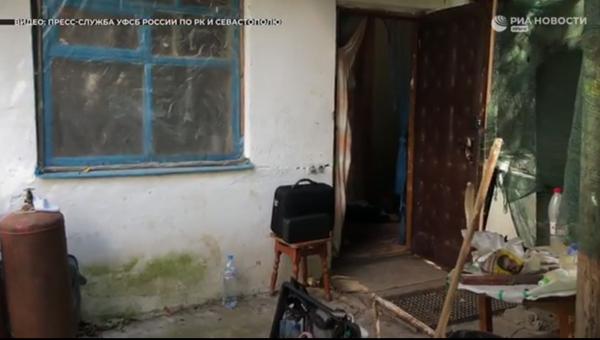 Сотрудники ФСБ совместно с полицейскими пресекли деятельность крупной лаборатории по производству синтетических наркотиков в Севастополе. Оперативное видео