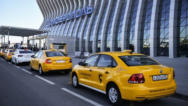 Такси у здания аэропорта им. Айвазовского в Симферополе
