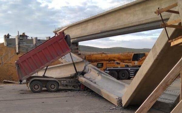 На строящемся участке Тавриды водитель самосвала снес часть путепровода