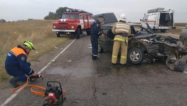 Легковушка и фургон столкнулись на трассе в Крыму