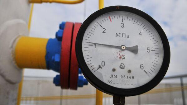 Манометр на трубопроводе газораспределительной станции