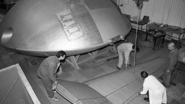 Рабочие сборочного цеха НПО Энергия во время сборки летающей тарелки Экип.