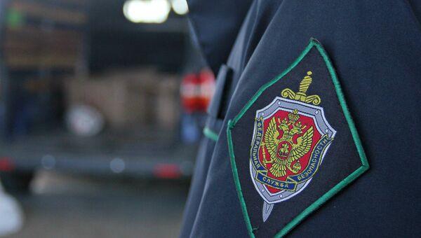 Шеврон на форме пограничника на пункте пропуска Джанкой на границе России и Украины
