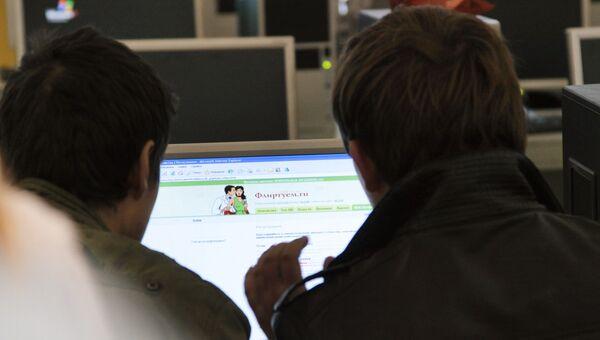 Интернет-пользователи у компьютера. Архивное фото