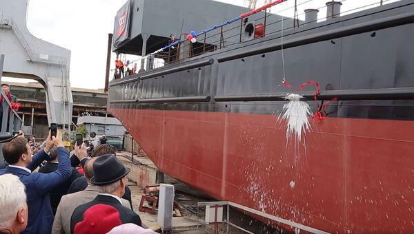 Спуск на воду понтона плавкрана Севастополь: видео РИА Новости Крым