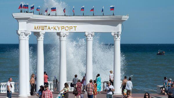 Отдыхающие на набережной в Алуште в Крыму.