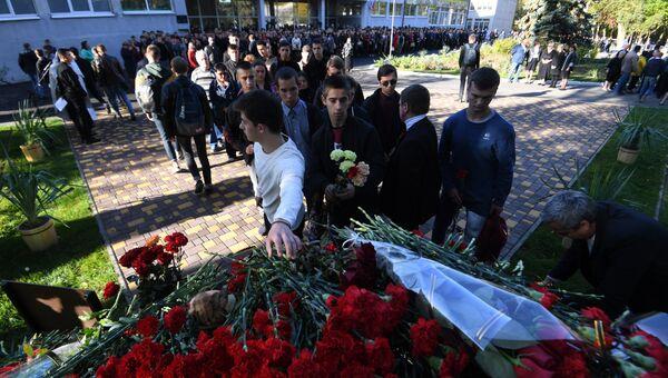 Возложение цветов к памятному знаку жертвам трагедии