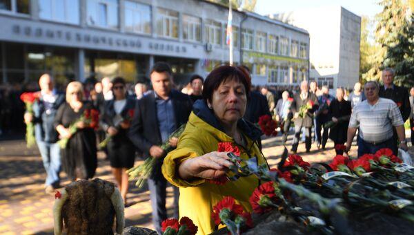 Возложение цветов к памятному знаку жертвам керченской трагедии