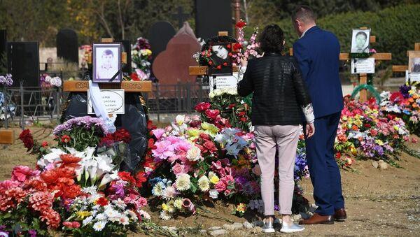 У могил жертв керченской трагедии