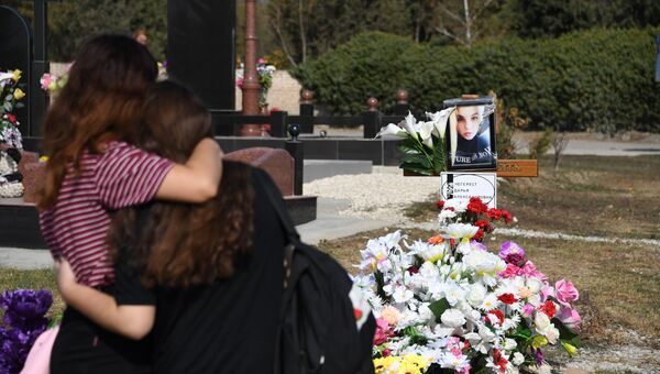 Керчане несут цветы на могилы преподавателей и студентов Керченского политехнического колледжа, погибших во время трагедии 17 октября 2018 года