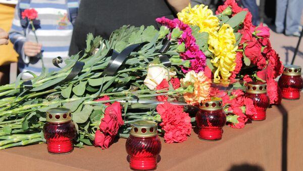 Возложение цветов в Симферополе в память о жертвах керченской трагедии