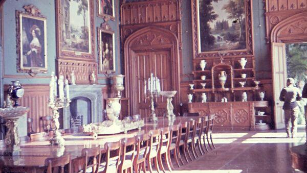 Интерьер одного из залов Алупкинского дворца, предположительно 1942-1943 гг. Директору музея, вернувшему из порта часть неразграбленной коллекции, было приказано развесить картины и расставить экспонаты. Позже их снова упакуют для отправки в Германию