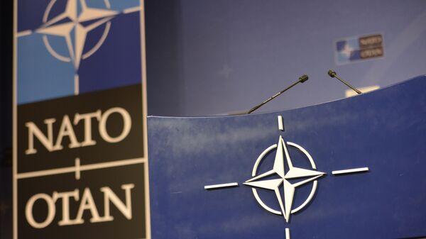 Трибуна в зале для пресс-конференций штаб-квартиры НАТО.