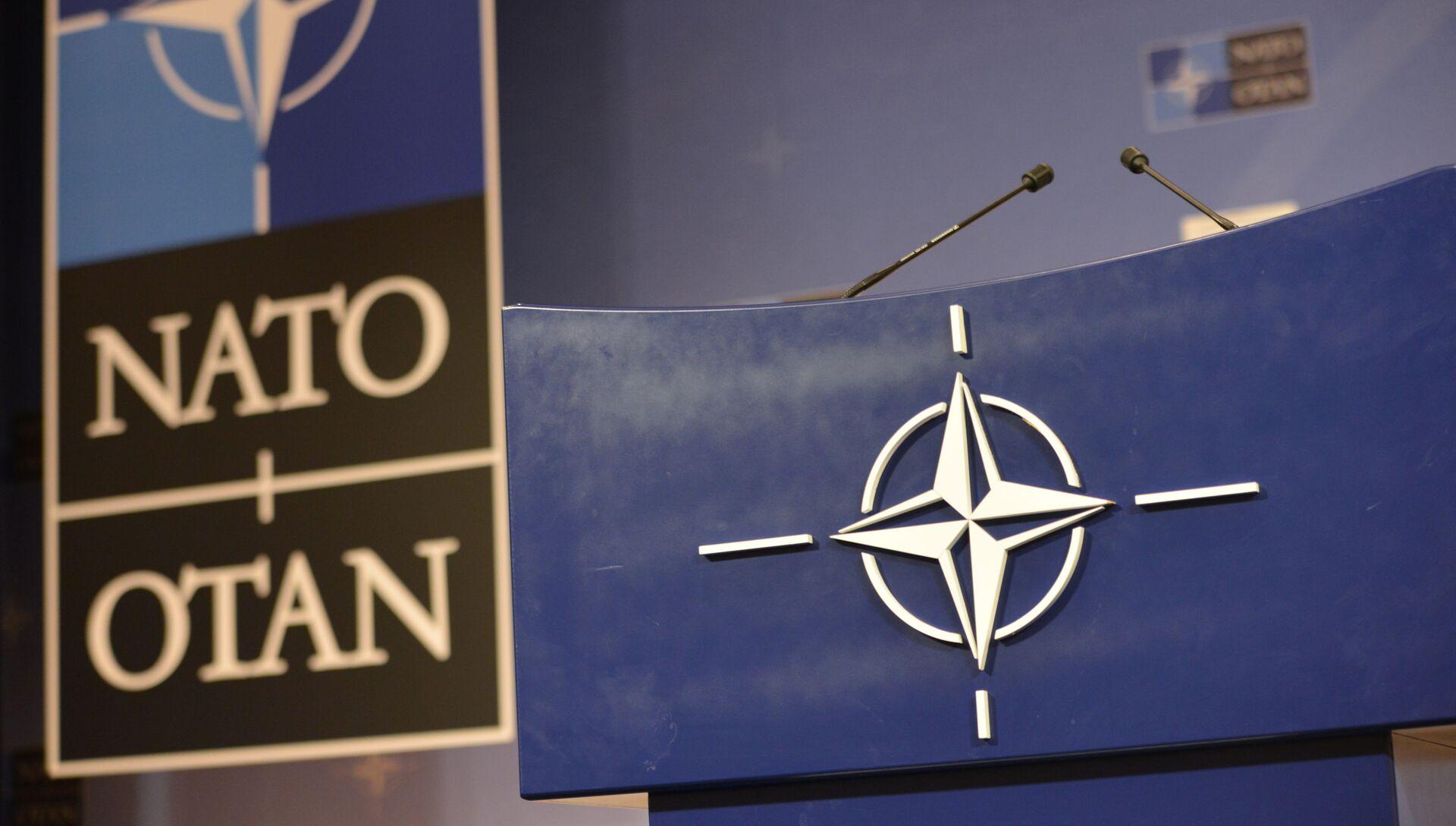 Трибуна в зале для пресс-конференций штаб-квартиры НАТО. - РИА Новости, 1920, 06.05.2021