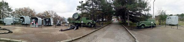 Изначально военная техника была выставлена перед зданием диорамы. Сегодня танки и самоходные установки, если смотреть на диораму со стороны смотровой площадки, располагаются слева от здания, артиллерийские орудия – справа. Корабельную артиллерию и некоторую другую технику установили чуть подальше - вдоль аллеи