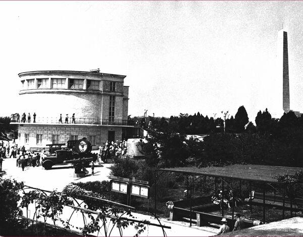 Здание диорамы было построено на месте небольшого военно-полевого музея, который был создан воинами Приморской армии в мае 1945 года, по проекту архитектора Виктора Петропавловского. Открытие диорамы было приурочено к 15-летию освобождения Севастополя от фашистов