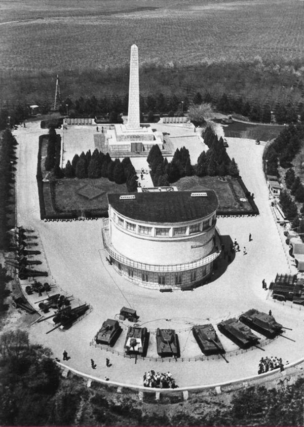 Помимо здания панорамы музейный комплекс состоит из обелиска воинской славы и вечного огня в честь воинских частей и героев, освобождавших город весной 1944 года, а также экспозиции под открытым небом военной техники периода обороны и освобождения Севастополя