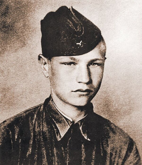 Курсант Московского пехотного училища, шестнадцатилетний Дмитрий Язов. 1941 год