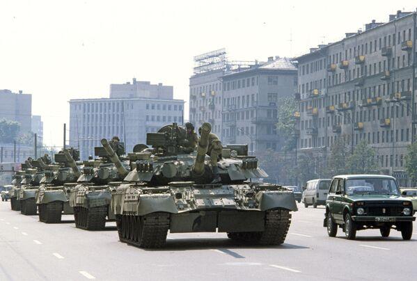 19 августа в Москве объявлено чрезвычайное положение, в город введены войска и техника. Танки на улицах Москвы.