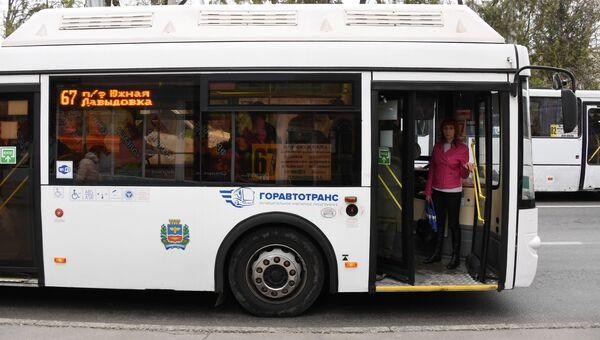 Автобус в на улицах города Симферополь