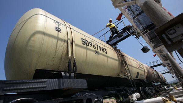 Эшелон с топливом во время разгрузки на базе нефтепродуктов. Архивное фото