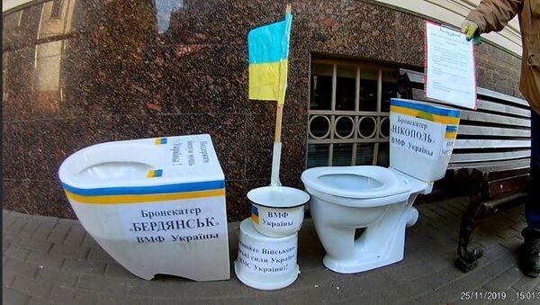 Унитазы у посольства Украины в Москве