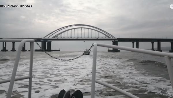 Катера Росгвардии прошли под арками Крымского моста
