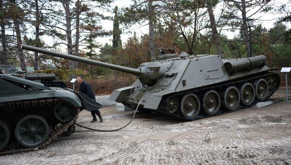 Как с постаментов Сапун-горы танки и САУ снимали