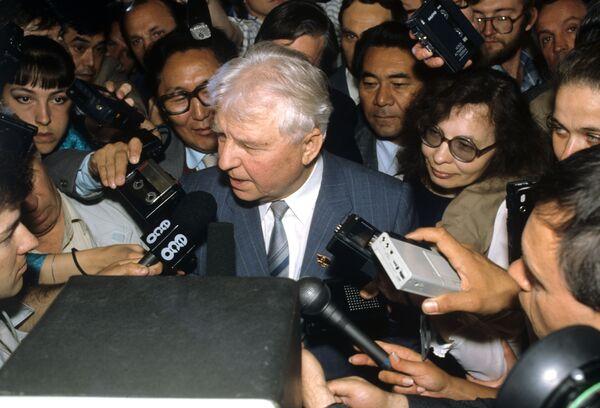Егор Лигачев отвечает на вопросы журналистов. Архивное фото