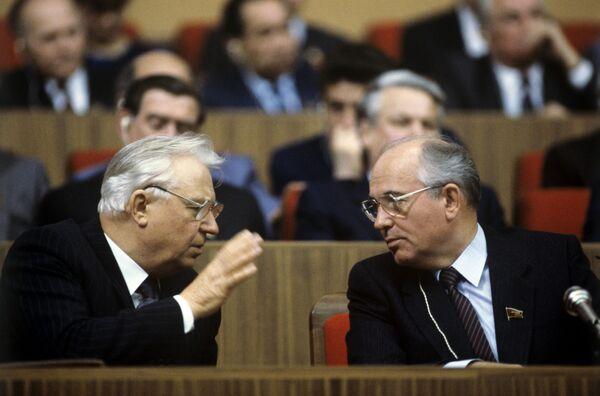 Генеральный секретарь ЦК КПСС Михаил Горбачев (справа) и член Политбюро ЦК КПСС, секретарь ЦК КПСС Егор Лигачев