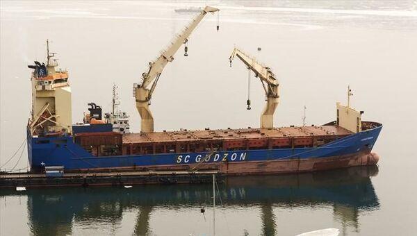 Теплоход Севастополь российской судоходной компании Гудзон