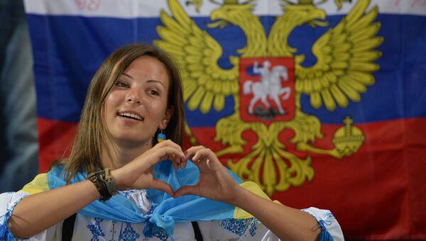 Девушка с флагом Украины на фоне флага России