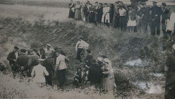 Место массовых расстрелов евреев и крымчаков на 10-м км шоссе Симферополь-Феодосия. Лето или осень 1944 г.